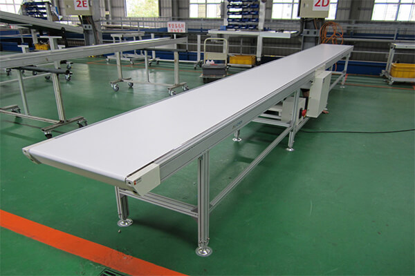 Knife edge belt conveyor for small pieces